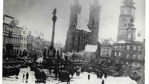 Hradecké Velké náměstí v obležení německé techniky.