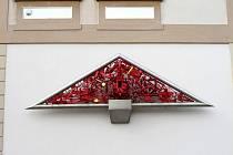 Trojúhelníkový reliéf od Vladimíra Preclíka zvaný jako Triangl, Antické drama či Tympanon.