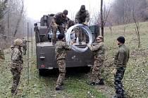 Ženijní skupina procvičovala na hranicích společně se slovinskými vojáky zřizování drátěných zábran.