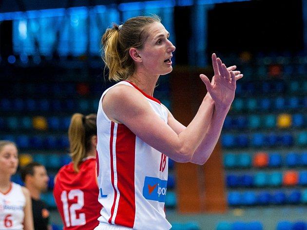 Ilona Burgrová prosí o střídání v přípravném duelu basketbalistek Česko - Chorvatsko, které se hrálo v Hradci Králové.