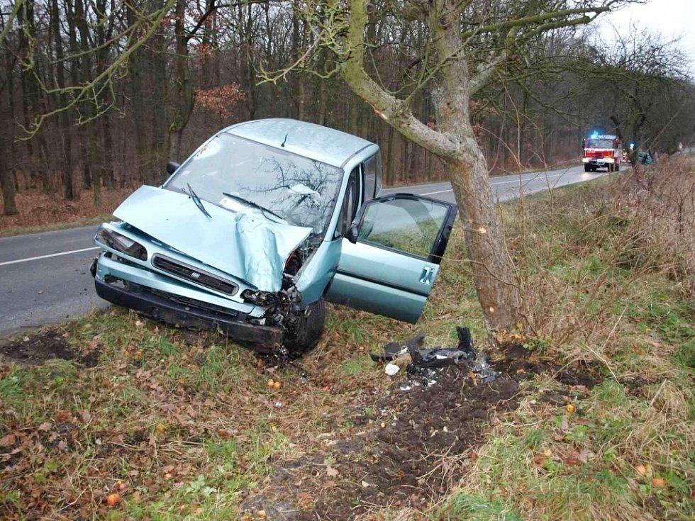 Havárie osobního automobilu mezi Novým Bydžovem a Skochovicemi poblíž odbočky na Lužec nad Cidlinou.