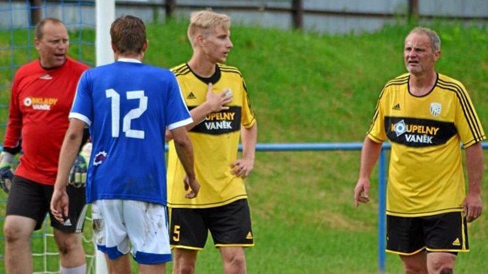 Otec a syn. V dresu Dolní Kalné se nějaký čas potkávali táta Tomáš Navrátil jako brankář (vlevo) a jeho syn Jakub (uprostřed), jenž hraje stopera.