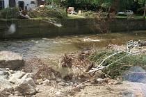 Pětice dobrovolných hasičů z Lochenic pomáhala povodněmi postižené obci Raspenava na severu Čech, kde odklízela škody po povodních.