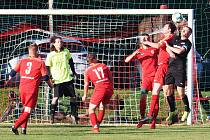 ŠLÁGR. Nechanice (v červeném) ukončily stoprocentní úspěšnost Dobřenicím, když vyhrály na jejich trávníku 2:0.