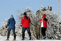 Deštné v Orlických horách: Běžkaři si užívali krásné počasí 24. ledna v okolí Šerlichu.
