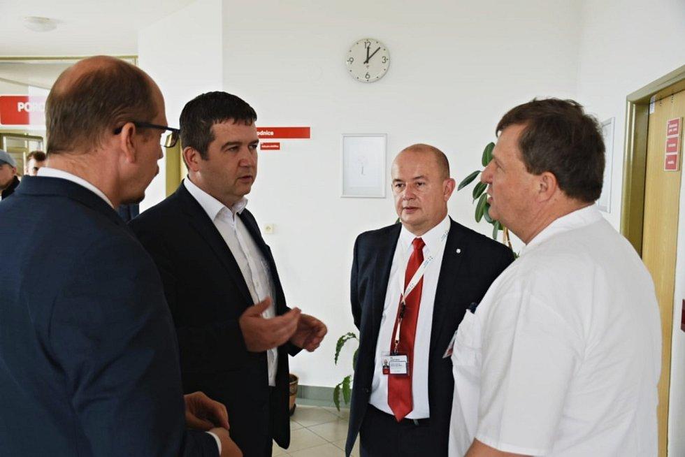 Hejtman Jiří Štěpán představil vicepremiérovi Janu Hamáčkovi plány modernizace rychnovské nemocnice.