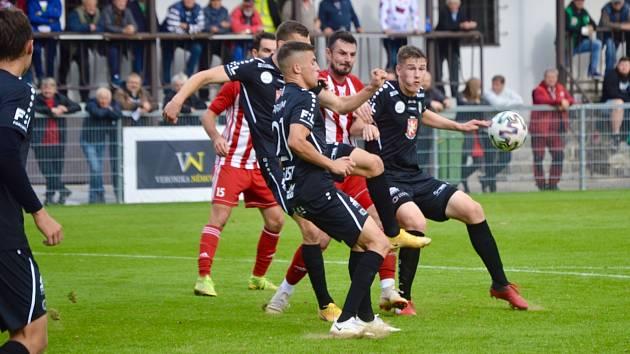 Hradečtí fotbalisté (v tmavém) zvítězili v Zápech 4:0.
