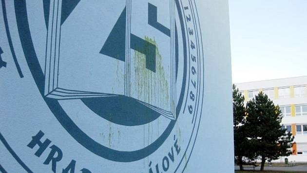 Vandalem poškozená školní budova královéhradecké ZŠ Milady Horákové.