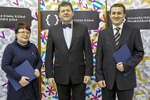 REKTOR univerzity Josef Hynek (uprostřed), ředitelka Ústavu sociální práce Zuzana Truhlářová (vlevo) a děkan Přírodovědecké fakulty Pavel Trojovský (vpravo)