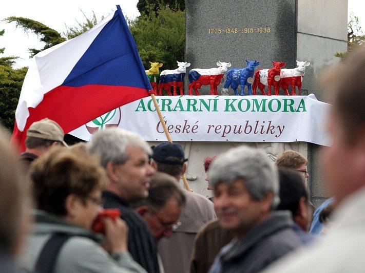 Zemědělci z celé České republiky se připojili k protestům proti nízkým výkupním cenám mléka u Památníku selských bouří roku 1775 v Chlumci nad Cidlinou.