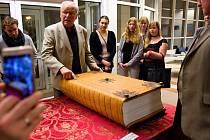 Největší ručně psaná kniha světa, v originále Codex Gigas, je až do 24. března k vidění v Galerii T hradecké univerzity.
