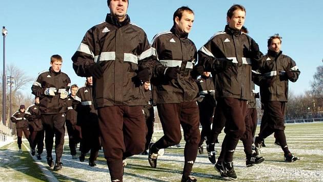 """První trénink absolvovali """"votroci"""" na umělé trávě. Při zahajovacím výklusu jsou v čele hráčského pelotonu zachyceni (zleva) Martin Čupr, Miroslav Vodehnal a Ivo Svoboda."""