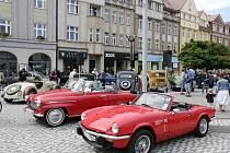 Královéhradecká veteran rallye - zastavení na Masarykově náměstí v Hradci Králové.