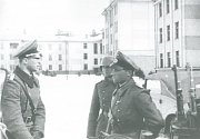 Němečtí důstojníci vydávají první rozkazy.