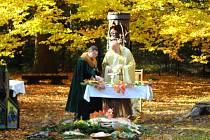 Slavnostní mše na počest sv. Huberta u sochy v hradeckých městských lesích.