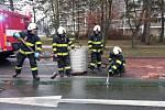Masivní únik nafty v hradecké ulici Víta Nejedlého.