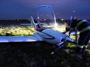 Nouzové přistání dvoumístného ultralightu, který měl problémy s podvozkem, v areálu hradeckého letiště.