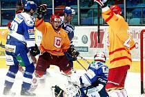 RADOST. Jakub Luštinec (uprostřed) slaví druhou branku hradeckých hokejistů, kterou vstřelil David Nedorost.