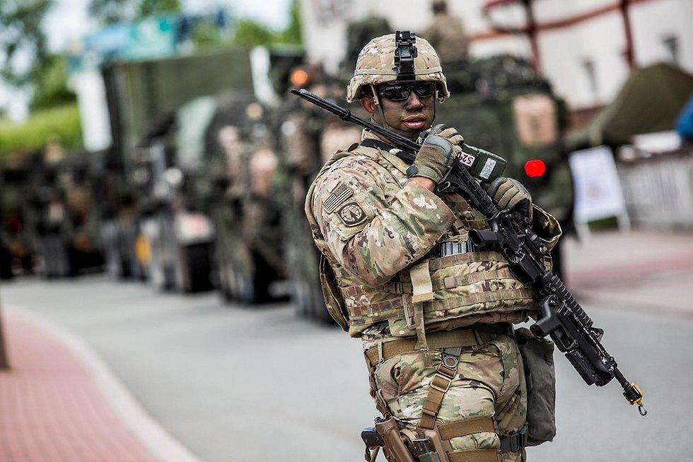 Konvoj americké armády projíždí Českou republikou - zachycen na hraničním přechodu v Náchodě.