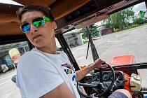 Soutěž v jízdě zručnosti s traktorem a přívěsem v Lázních Bělohrad.