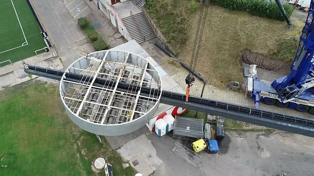 Všechna čtyři lízátka aktuálně leží v areálu staveniště.