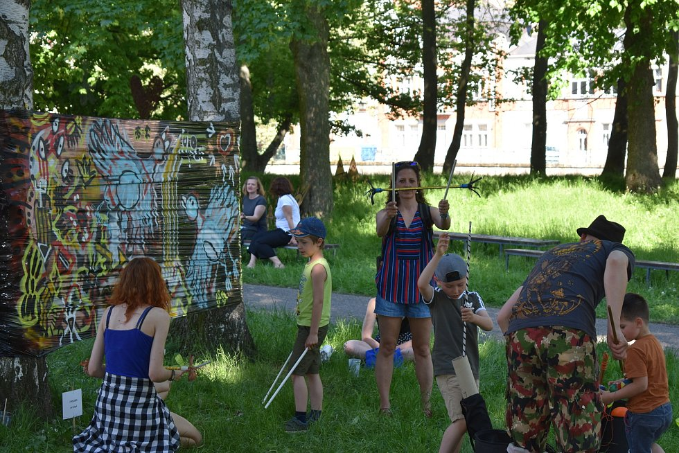 Hradeckou náplavku obsadili umělci