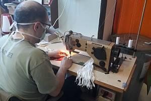 Do šití roušek a výroby ochranných štítů se zapojili i odsouzení z Věznice Valdice. Foto:Věznice Valdice