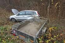 Havárie auta s přívěsným vozíkem u Chlumce nad Cidlinou.