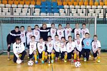 Starší žáci FC Hradec Králové se zlatými medailemi.
