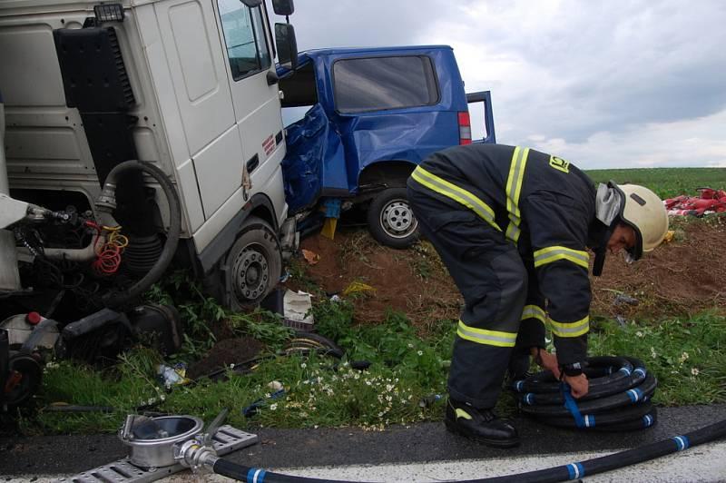 Tragická nehoda u Holohlav. Stříbrné volvo patří asistentu trenéra pardubických hokejistů Lubinovi, který z místa nehody utekl do polí