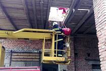 Zásah u osoby zraněné po pádu ze střechy v Zábědově.