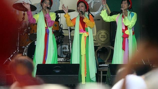 MEZI SVĚTY. Tak se nazýval festival pořádaný Česko–vietnamskou společností a Helpcentrem, který v sobotu 29. srpna odpoledne vypukl v hradeckém Letním areálu U Letců.