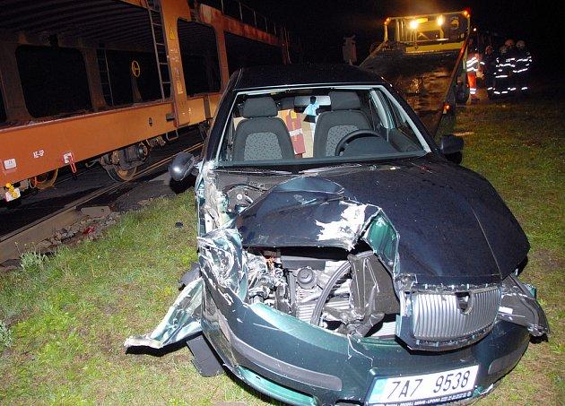 Náraz do zdi mohl včera připomínat střet auta a nákladního vlaku v Třebechovicích pod Orebem. Řidič fabie vyvázl z kolize jako zázrakem bez zranění. Škoda se vyšplhala na 120 tisíc korun.