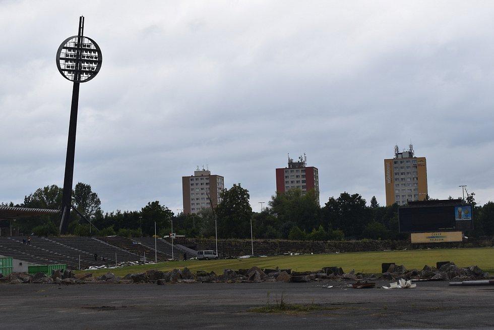 Na stadionu už začaly bourací práce. Po sedačkách nyní mizí celý betonový oblouk severní tribuny. Ikonická lízátka by měly jít k zemi v polovině září.