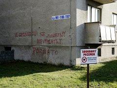 Nápisy na zdi třebechovického domu, které urážejí Vladimíra Dernera.