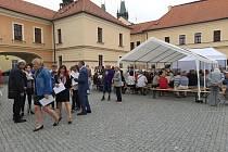 Svátek seniorů si ve středu na Pivovarském náměstí nenechaly ujít stovky návštěvníků.