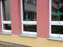 Školní budova po útoku vandala.