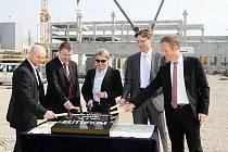 Na základní kámen poklepali včera zástupci investorů ze společností TK Development, Heitman a GE Real Estate.