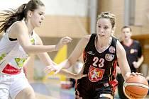 Vpravo hradecká basketbalistka Kateřina Křížová v utkání s Valosunem Brno.