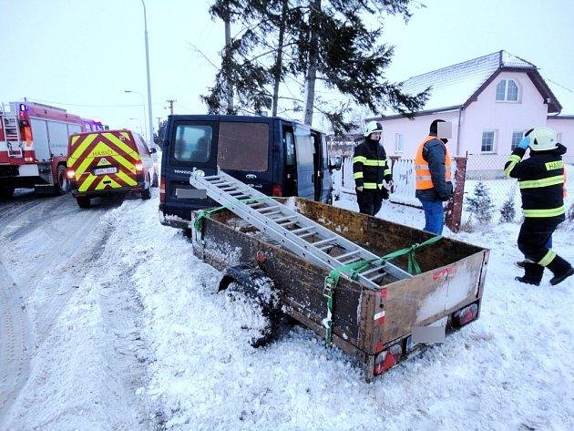 Havárie dodávky spřívěsným vozíkem vhradecké místní části Rusek.