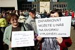 Na Masarykově náměstí 27. dubna odpoledne demonstrovali proti vedení radnice.