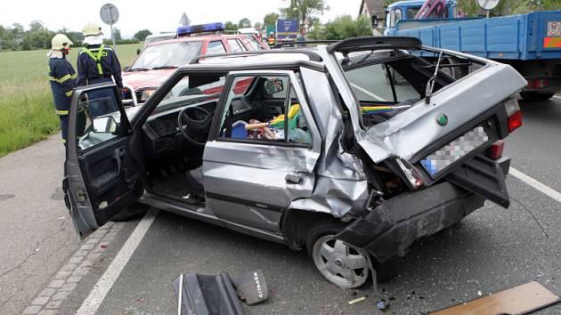 Ke střetu osobního a nákládního vozu došlu 2. června v obci Blešno na Královéhradecku. Nehoda se obešla bez vážných zranění.
