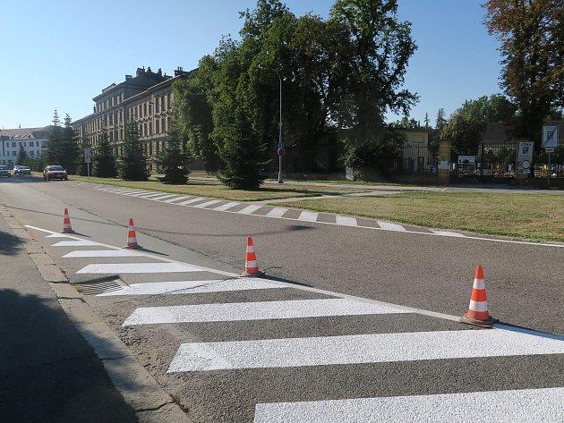 Značení má kruhový objezd zpřehlednit a také zpomalit projíždějící auta.