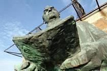 Bronzová Gottwaldova socha, která váží zhruba jednu tunu a je vysoká přibližně tři a půl metru, nyní stojí na bývalém radiolokačním stanovišti u Ruseku na okraji Hradce Králové.