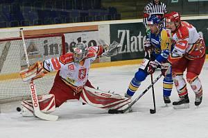 HOKEJOVÁ OSOBNOST. Dres prvoligových hradeckých hokejistů ve středu oblékl zkušený Petr Prajsler (ve výřezu), obránce ostřílený i slavnou NHL. Lví podíl na vítězství Východočechů v samotném zápase v Ústí nad Labem měl brankář Jaroslav Jágr, kterému v defe