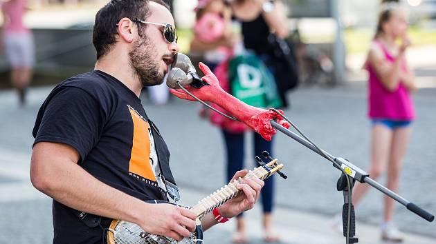 Porcapizza na hudebním feistivalu Na jednom břehu v ulicích Hradce Králové.