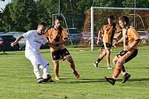 Javornický tým (v oranžovočerném) si připsal tři body po vítězství nad Kosičkami 4:2.