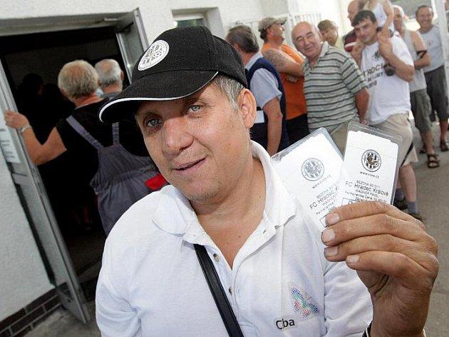 Obrovské fronty provázely předprodej permanentek na hradecký fotbal (30. června 2010).