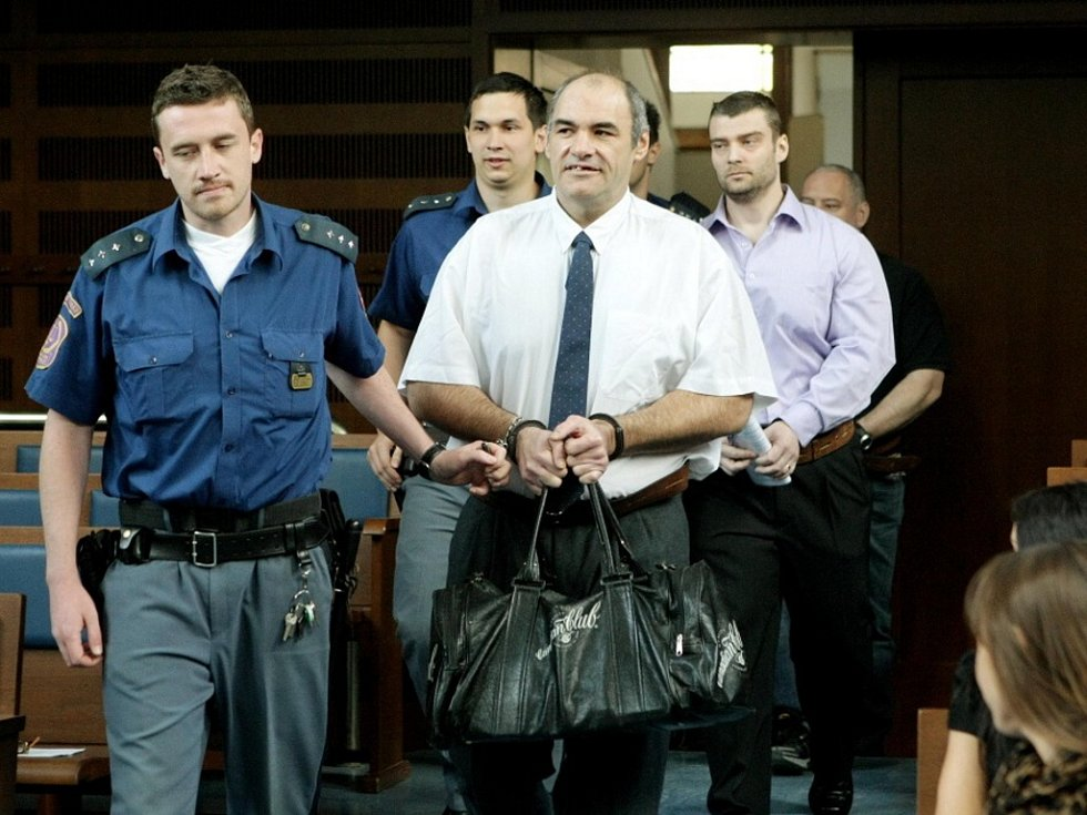 """Osm lidí se zpovídá u Krajského soudu v Hradci Králové z kuplířství. Někteří z nich mají podle soudu na """"triku"""" také ublížení na zdraví, loupež a výtržnictví."""