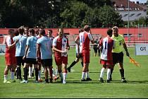 SOUSEDSKÉ DERBY Slavia Hradec Králové B (červenobílí) versus Stěžery skončilo remízou 3:3 a na penalty zvítězili hosté.